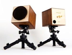 市販のカメラ三脚を利用した例(写真はtwo-tone)